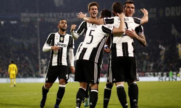 Higuain sblocca la gara di ritorno contro la Dinamo Zagabria in Champions e viene festeggiato dai compagni. | calciomercato.com