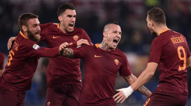 De Rossi, Strootman e Dzeko festeggiano Nainggolan che a sua volta grida di gioia per il gol realizzato contro il Milan. | tuttosport.com