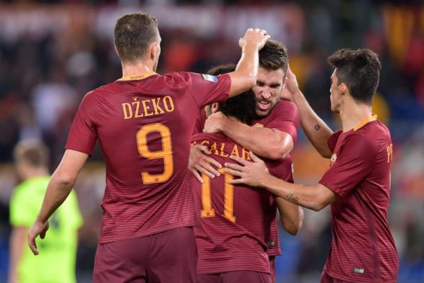 Salah segna nella gara col Bologna e Dzeko, Strootman e Nainggolan lo festeggiano. | contra-ataque.it.