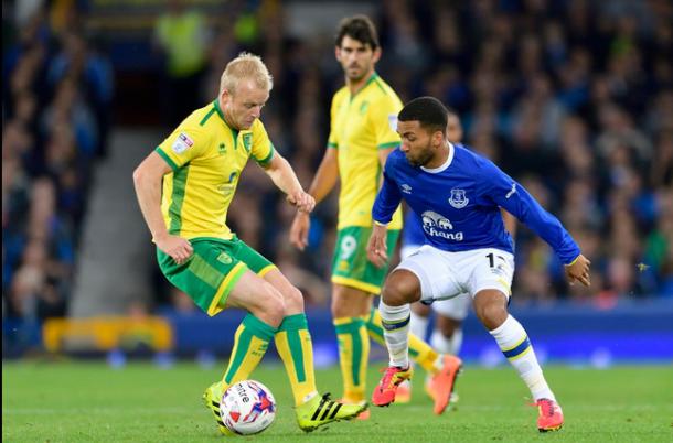 Steven Naismith punta un avversario nella gara contro l'Everton. | Google.