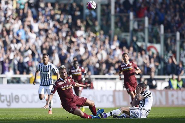 Un contrasto fra Maxi Lopez e Bonucci del derby in questo stesso stadio ma dello scorso anno, gara che i bianconeri vinsero 1-4. | torinofc.it