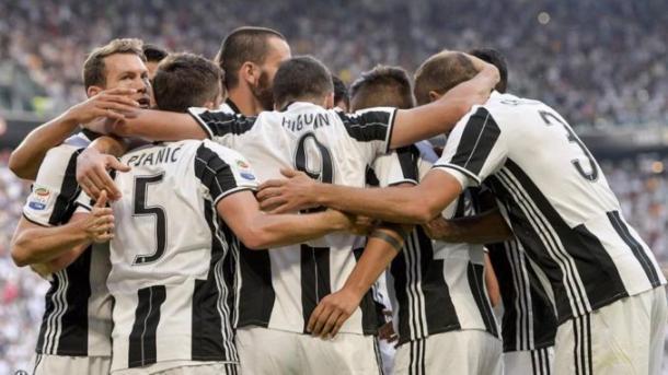 L'esultanza di gruppo dei calciatori della Juventus dopo l'1-2 parziale, firmato Higuain, segnato al Torino. | albarsport.com