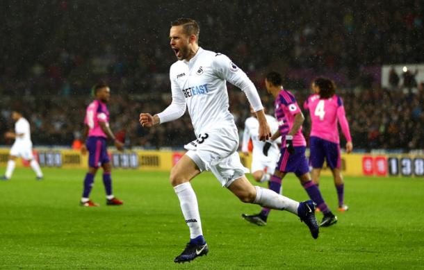 Sigurdsson festeggia il rigore realizzato che porta i suoi in vantaggio. | Premier League, Twitter.