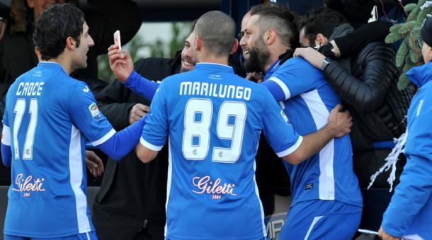 Mchelidze festeggia il suo primo gol contro il Cagliari con un selfie assieme ai suoi compagni. | tuttosport.com