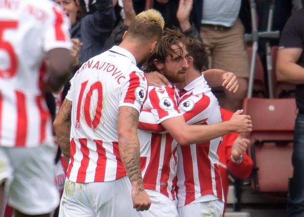 Joe Allen abbracciato dai suoi compagni dopo il gol del vantaggio siglato da lui. | Squawka News, Twitter.
