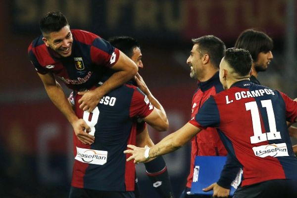 Simeone celebrato dai compagni dopo uno dei due gol alla Juventus.   sportal.it