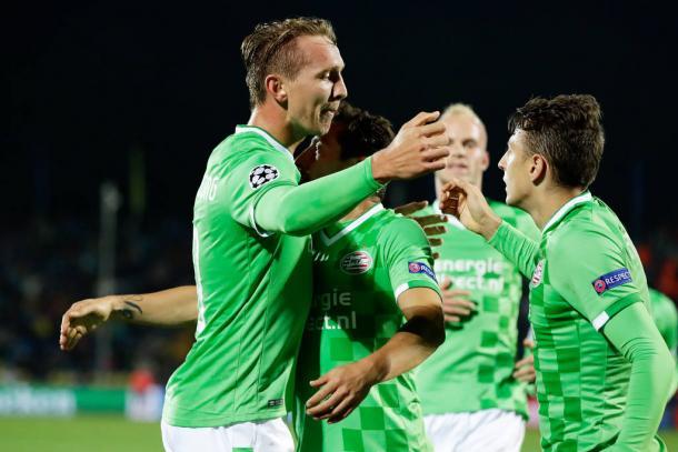 Gli olandesi festeggiano la rete di De Jong, valevole l'unico punto ottenuto in questa competizione, nella gara contro il Rostov.   scrollytelling.io.