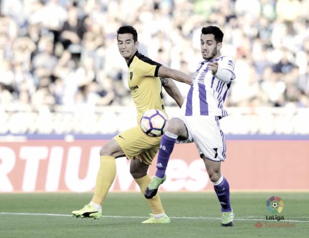 Luis Hernández y Juanmi luchando por el balón/ FOTOGRAFÍA: Liga Santander.