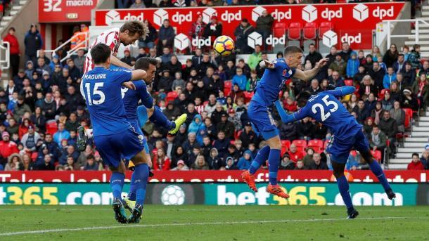 Peter Crouch conseguía de cabeza el gol que ponía las tablas en el electrónico. Foto: premierleague