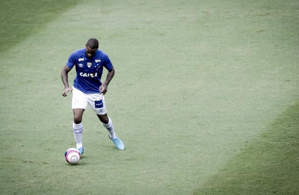 O zagueiro Dedé teve duas boas chances de finalização na partida (Foto: Washington Alves/Light Press)