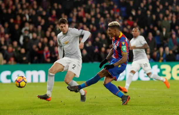 Van Anholt calcia nel goal del 2-0 / Crystal Palace Twitter
