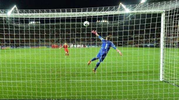 Siems scores the winning spot-kick. | Image source: Sportsfile - UEFA