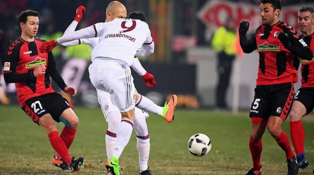 Friburgo-Bayern 1-2, la girata di Lewandowski che valse l'1-2. | Fonte immagine: DFB.com