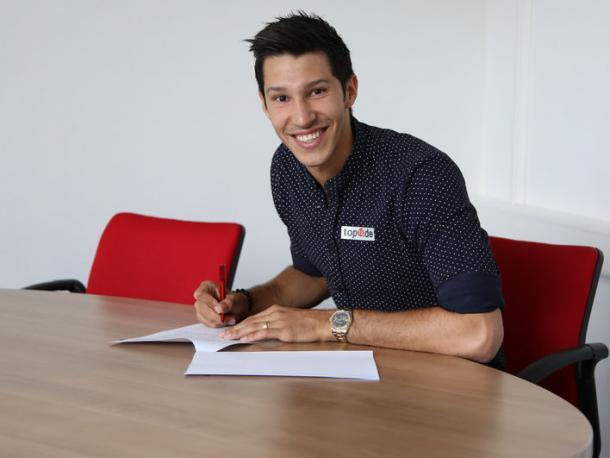 Marcel Correia signs his deal with Kaiserslautern. | Photo: 1.FC Kaiserslautern.