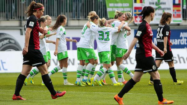 Wolfsburg celebrate Popp's opener. (Photo: Jan Kuppert)