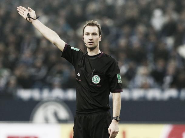 Bastian Dankert dirigiendo un encuentro de Bundesliga. Foto: Bundesliga