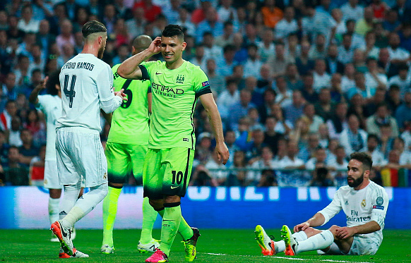 Aguero (pictured, centre) endured a frustrating night with virtually no service. | Photo: Getty