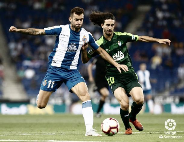 Marc Cucurella disputa el esférico con Leo Baptistao | Foto: La Liga