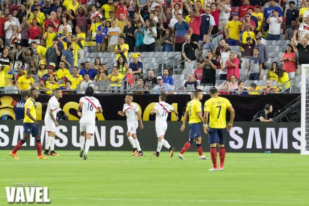 The Peruvians celebrating Christian Cueva's goal on Wednesday in the 2-2 draw against Ecuador at the University of Phoenix Stadium. Photo provided by Freek Bouw-VAVEL.