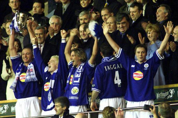 Matt Elliott hoists the League Cup trophy for the Foxes in 2000 | Photo: Getty
