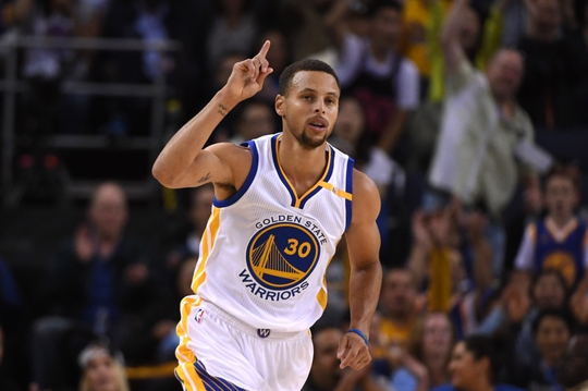 Stephen Curry picks up where he left off, going 3-6 from deep. | Photo: USA Today Sports