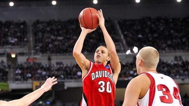 Stephen Curry lanza un tiro / Foto: Ncaa.com