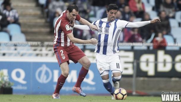 Carlos Vela puja un balón | Foto: Óscar Alonso - VAVEL