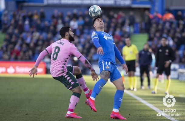 Fekir tratando de llevarse el balón | Fotografía: La Liga