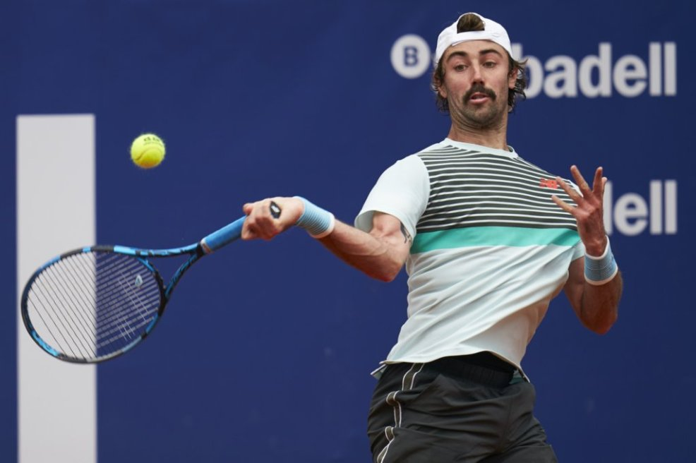 Thompson hits a forehand during his first-round victory/Photo: Barcelona Open Banc Sabadell