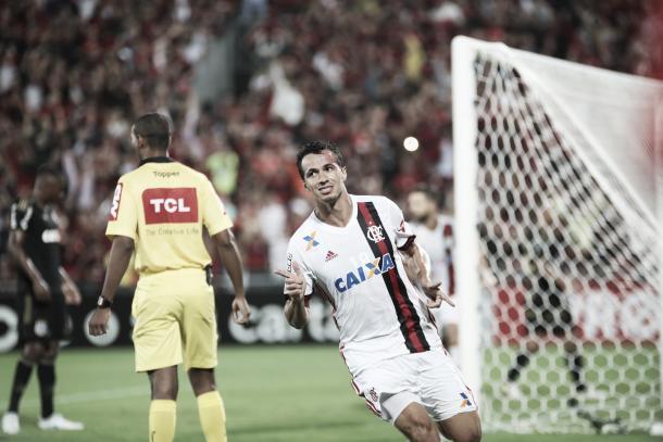 Damião comemora o terceiro gol no Brasileiro (Foto: Gilvan de Souza / Flamengo)