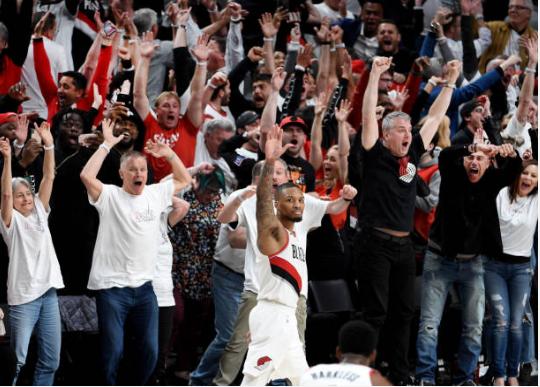 Foto icónica de Damian Lillard tras eliminar a los Thunder | Foto: Getty Images