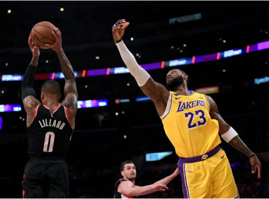 Lillard pelea un balón con LeBron James | Foto: Getty Images