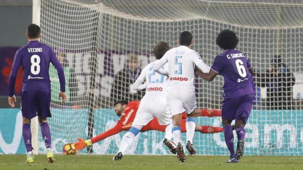Il penalty a tempo scaduto di Manolo Gabbiadini ha permesso al Napoli di raggiungere i Viola sul 3-3 in campionato. Fonte foto: LaPresse.it