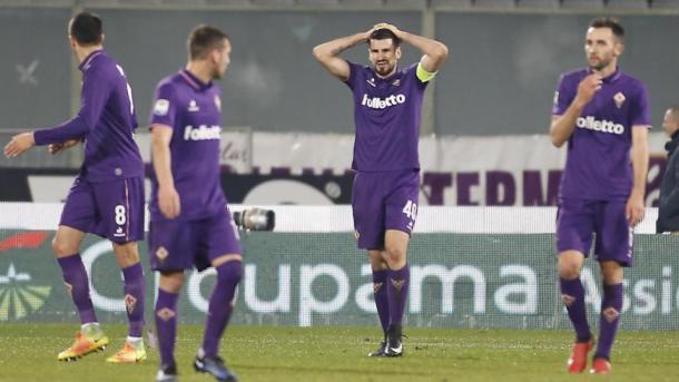 La disperazione di Tomovic dopo il fallo da rigore che è costato il successo alla Viola, con il Napoli. Fonte foto: LaPresse.it