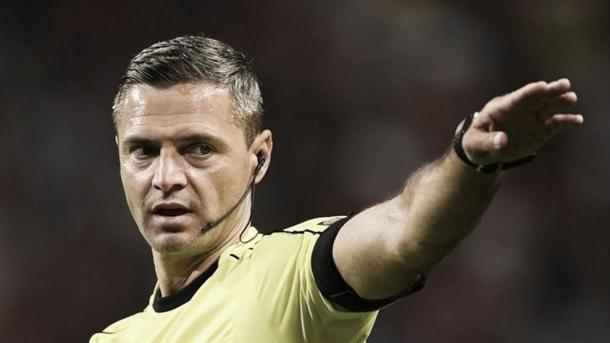 Damir Skomina arbitrando en Ámsterdam. FOTO: uefa.com