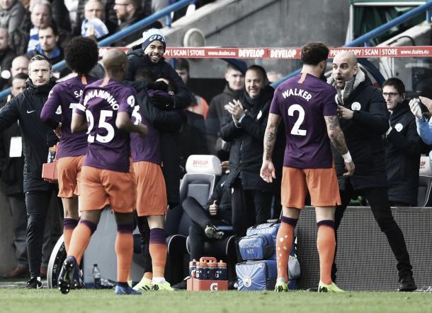 Na comemoração, Danilo foi abraçar Bernardo Silva e Gabriel Jesus (Reprodução/ Twitter Manchester City)