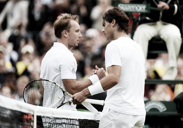 Steve Darcis saluda a Rafa Nadal tras su victoria en Wimbledon 2013. Foto: zimbio.com