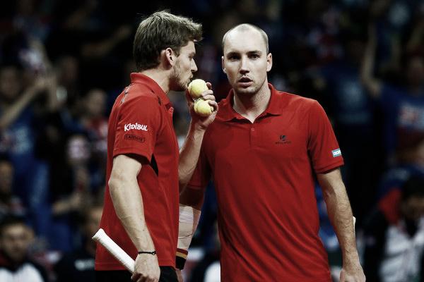 Darcis y Goffin conversan durante el punto de dobles frente a Gran Bretaña en 2015. Foto: zimbio.com