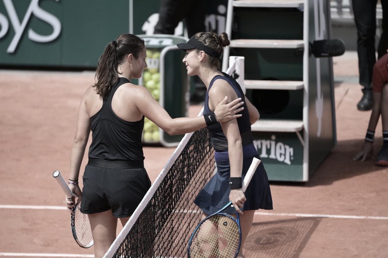 Daria Kasatkina (izq.) y el saludo de rigor con Belinda Bencic al final del partido.Foto Roland Garros