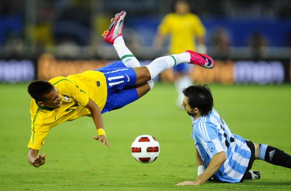 Neymar é derrubado por Pareja; àquela época, jogador convivia com a fama de 'cai cai' | Foto: David Ramos/LatinContent/Getty Images