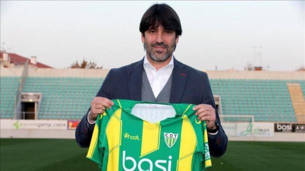 David Belenguer posa con la camiseta del CD Tondela / Fuente: EFE