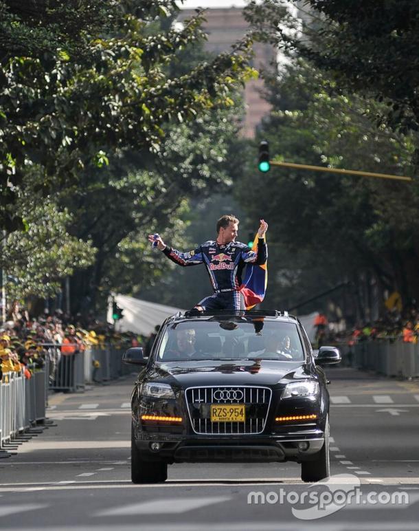 David Coulthard, empuñando la bandera de Colombia mientras transitaba la carrera séptima en Bogotá. Imagen: motorsport.com