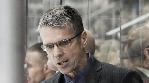 Dave Cameron coaching the Ottawa Senators.