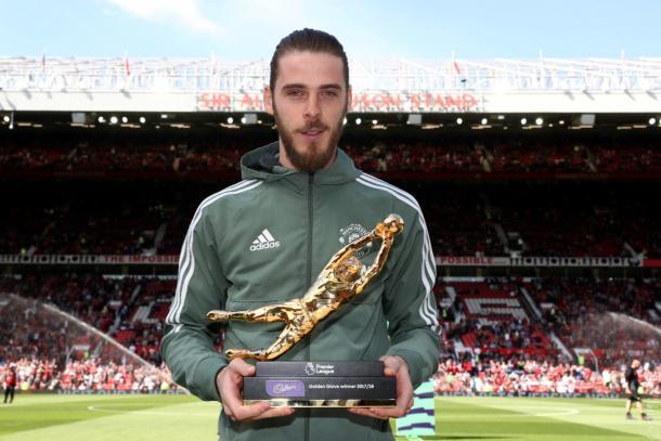 De Gea posa con el trofeo 'Golden Glove'   Fotografía: Manchester United