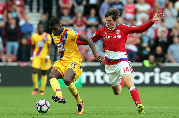 Marten de Roon battles with Palace's Jonathan Benteke | Photo: Nigel Roddis/Getty Images