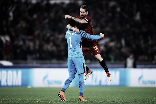 Capitão De Rossi comemora gol com o brasileiro Alisson Foto: Getty Images