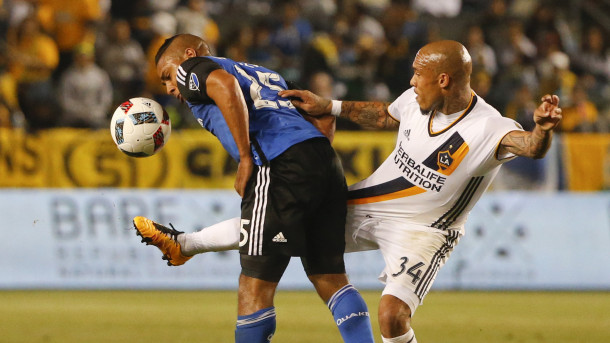 Galaxy's Nigel De Jong (Right) determined to get back the ball. Photo provided by AP