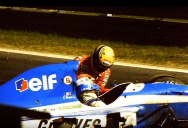 Senna socorriendo a Erik Comas (Fuente:https://www.futuro.cl/2019/04/el-dia-que-ayrton-senna-arriesgo-su-vida-para-salvar-a-un-companero-de-formula-1/)