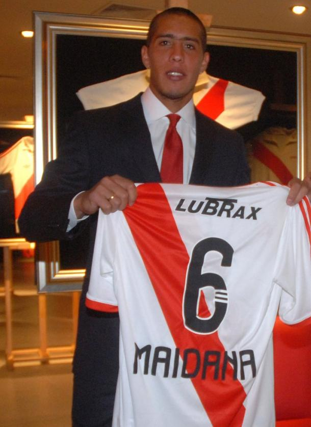Presentación oficial del nuevo refuerzo, allá por 2010 (Foto: River Plate Oficial).