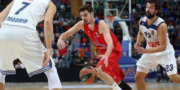Nando De Colo, in azione contro la difesa del Real Madrid - Foto Euroleague.net